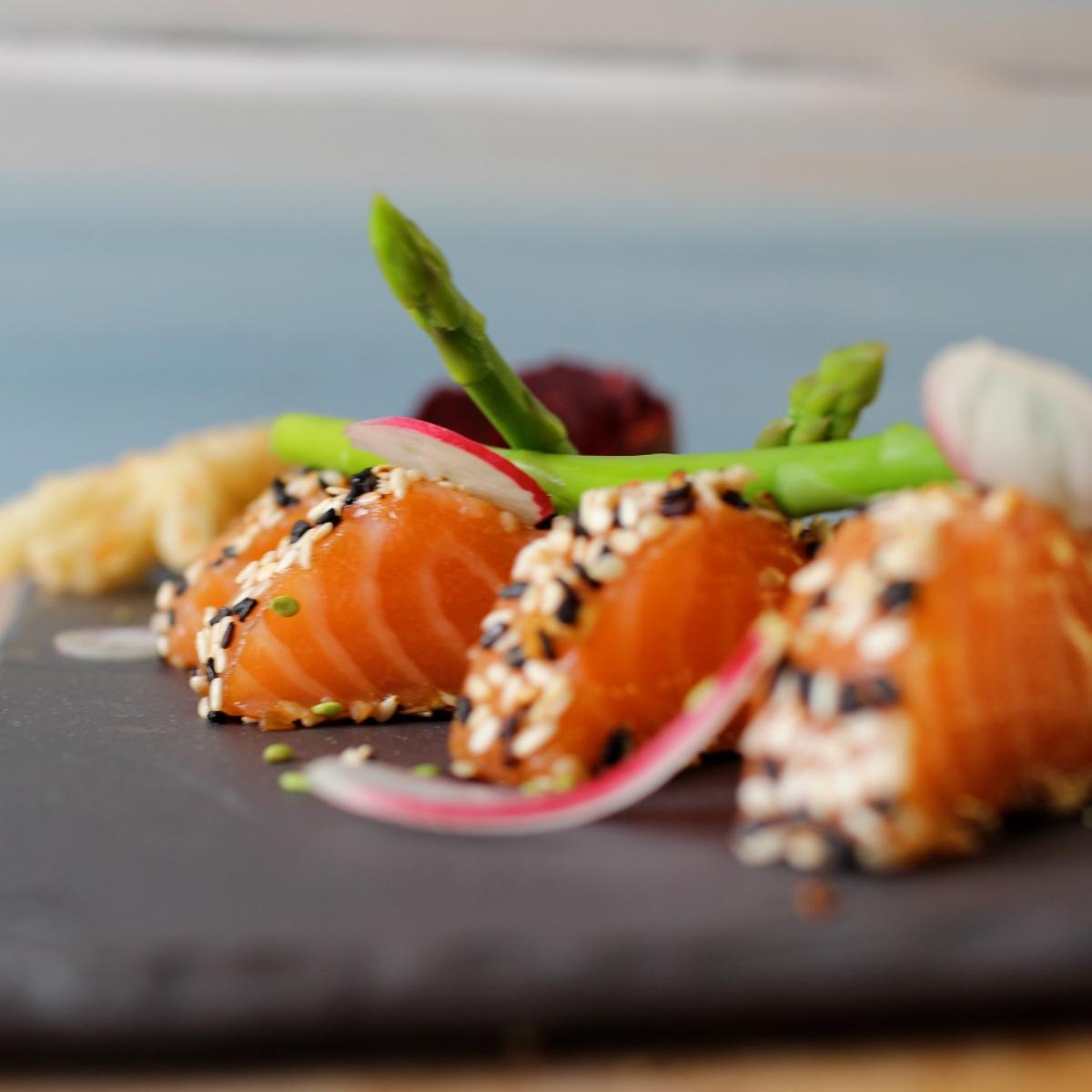 Saumon mi-cuit au sésame, tempura d'enoki et légumes croquants