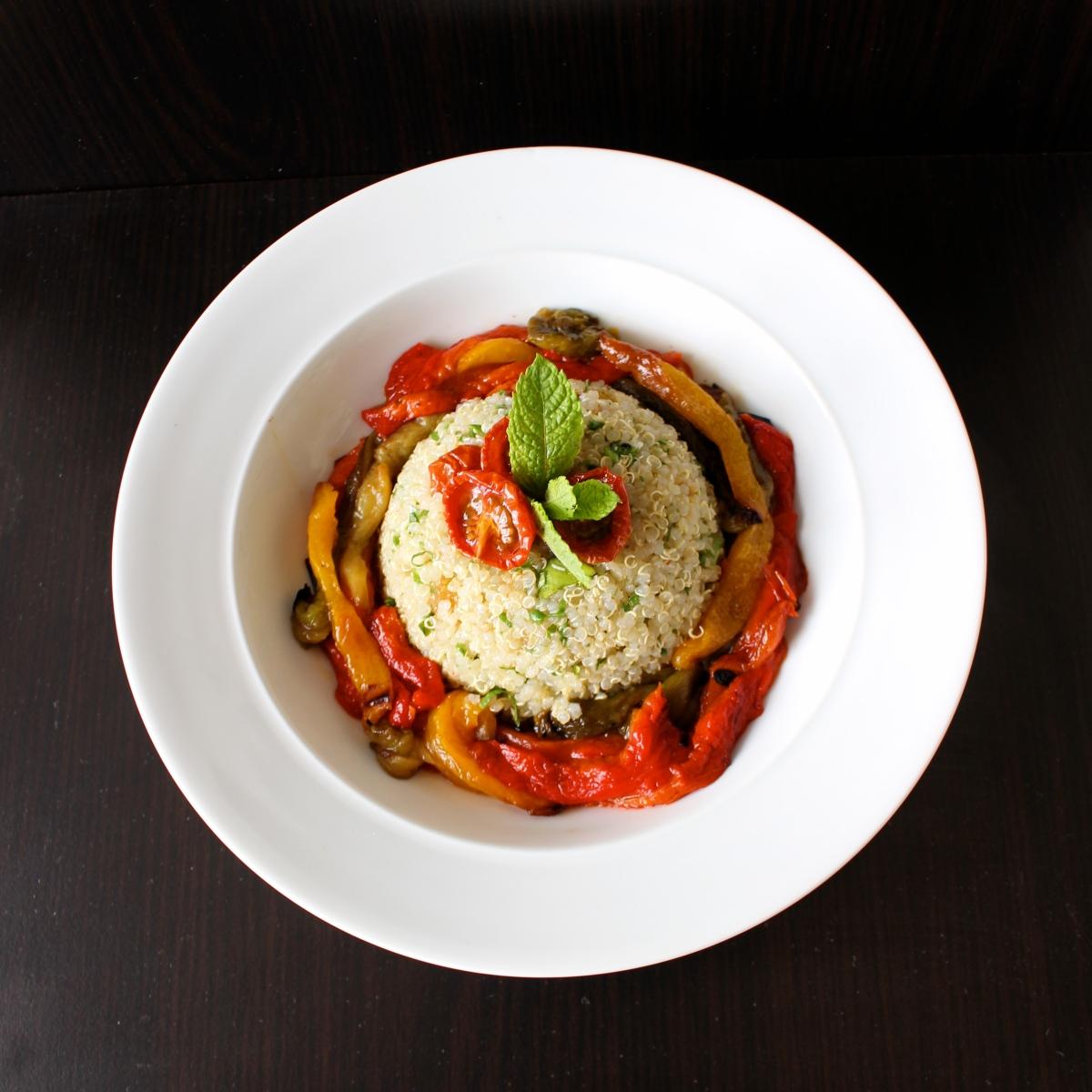 Salade de quinoa, poivrons grillés et tomates confites