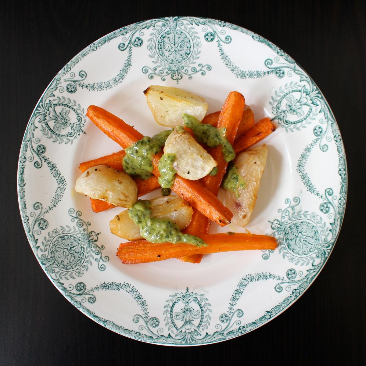 Légumes racine rôtis au miel, salsa verde