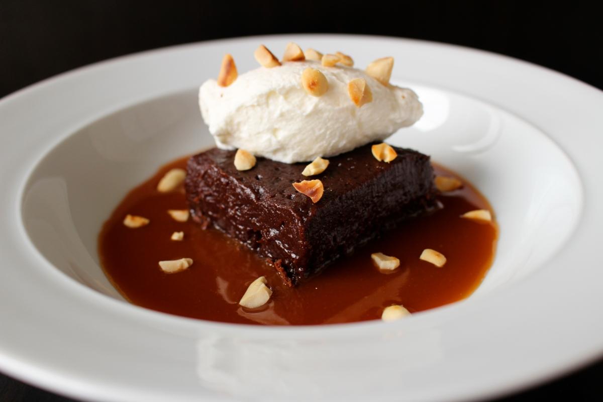 Fondant au chocolat, sauce caramel au beurre salé et cacahuètes torréfiées