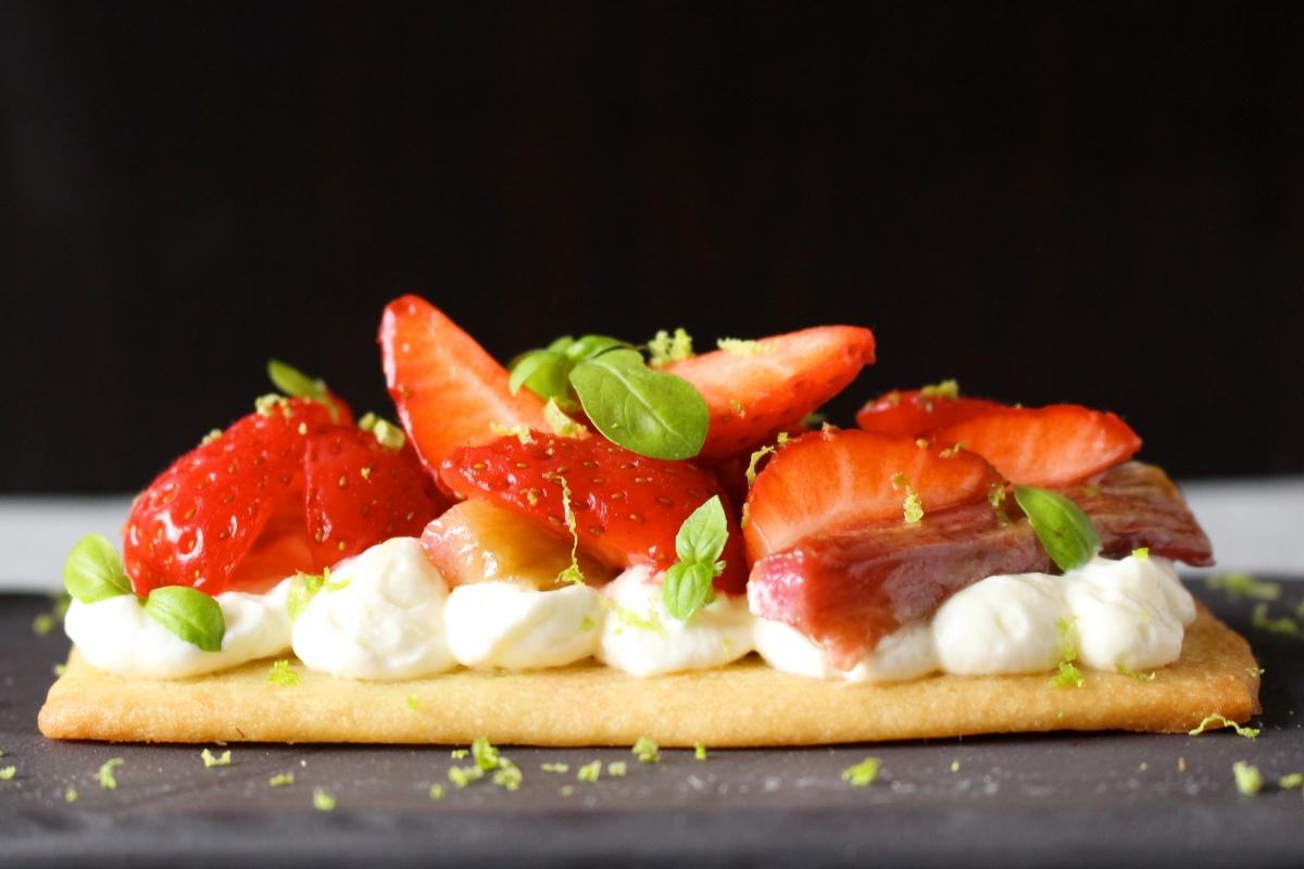 Tarte aux fraises, rhubarbe caramélisée et mousse de yaourt