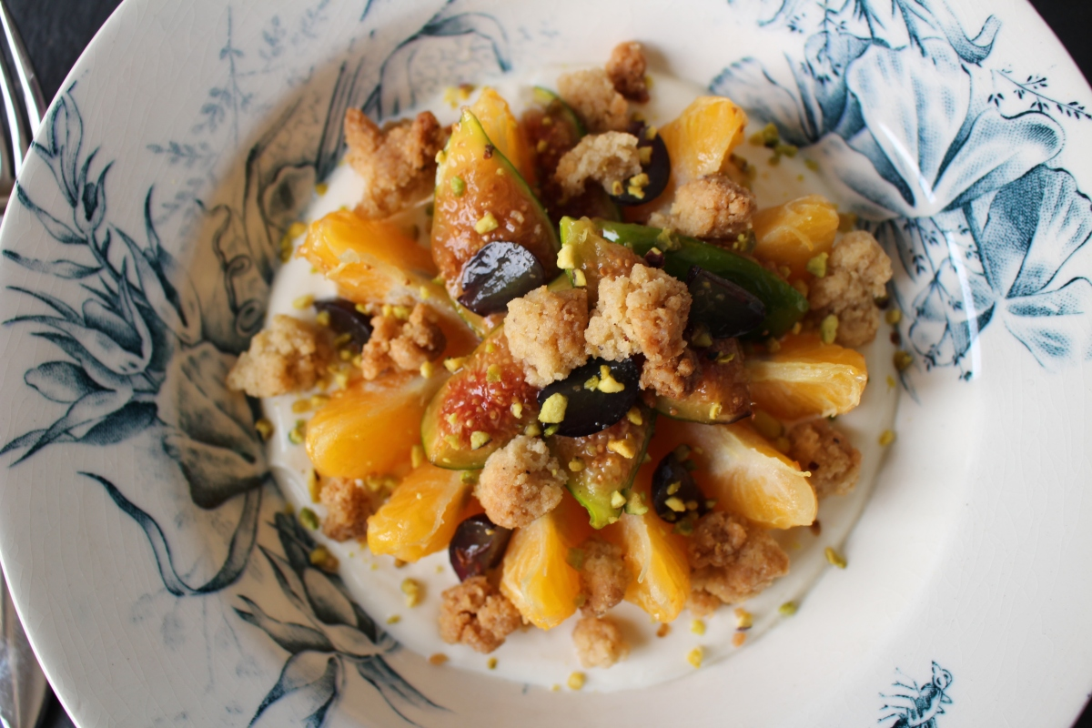 Fruits de saison, yaourt à la fleur d'oranger, crumble à la cannelle